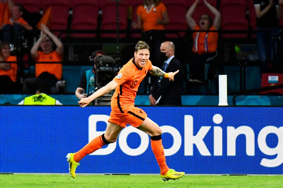 Riesenjubel bei Wout Weghorst! Der Stürmer des VfL Wolfsburg schoss sein erstes Tor bei einem großen Turnier und markierte das 2:0 für die Niederlande.
