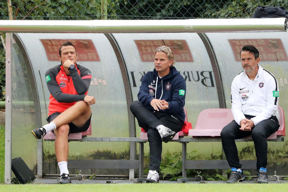 FCE-Coach Dirk Schuster (r.) und sein Co-Trainer Sascha Franz sahen vor allem in der ersten Halbzeit einige Defizite ihrer Mannschaft.