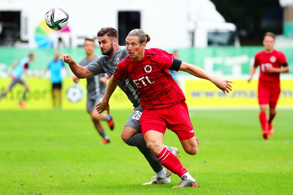 Hitziger Zweikampf zwischen FSV-Stürmer Dominic Baumann (l.) und Daniel Buballa vom FC Viktoria Köln.