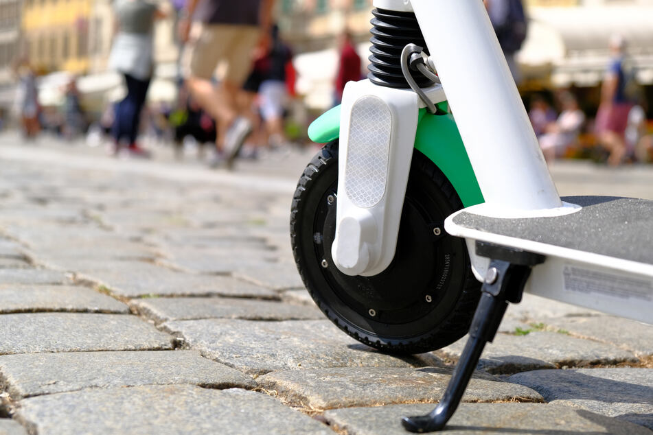 Die E-Scooter stehen zur jeder Tageszeit bereit und können einfach bedient werden. Sie sind eine schnelle Möglichkeit, um von A nach B zu gelangen. (Symbolbild)