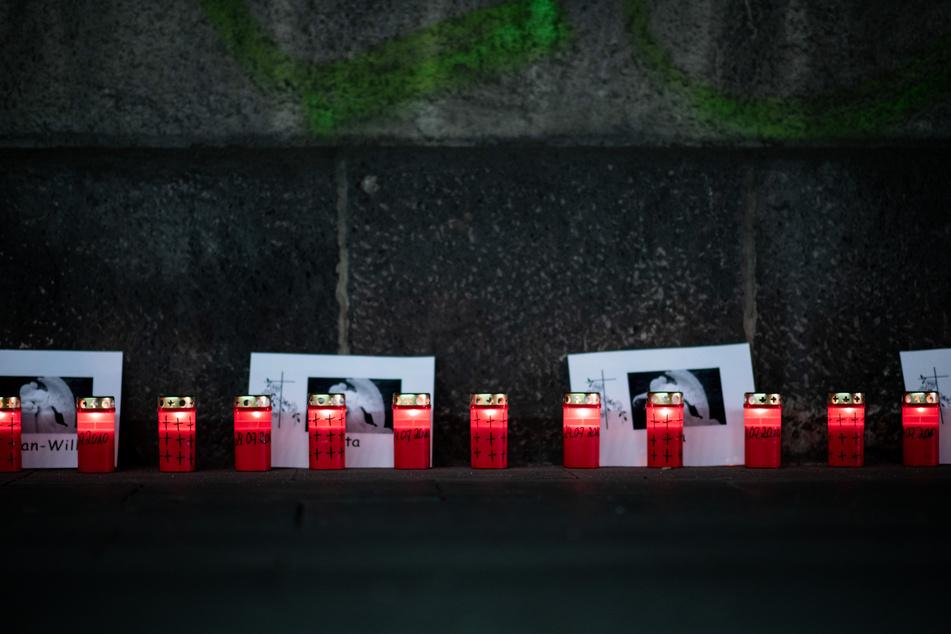 Im stillen Gedenken an die Opfer des Loveparade-Unglücks zünden Menschen Kerzen an der Gedenkstätte und dem Tunnel an der Karl-Lehr-Straße am Vorabend des Jahrestages an.