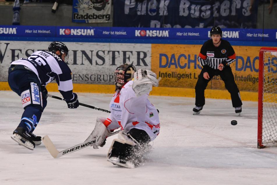 Eislöwen-Stürmer Petr Pohl (l.) verwandelt hier bärenstark den Penalty gegen Felix Bick.