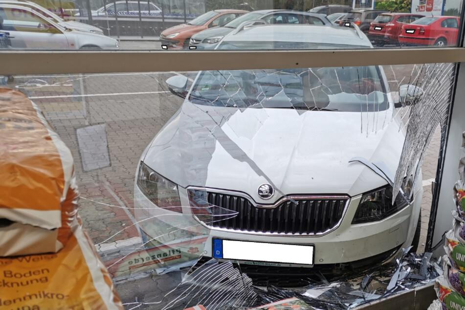 Mann geht Einkaufen, sein Auto kracht in EDEKA-Markt
