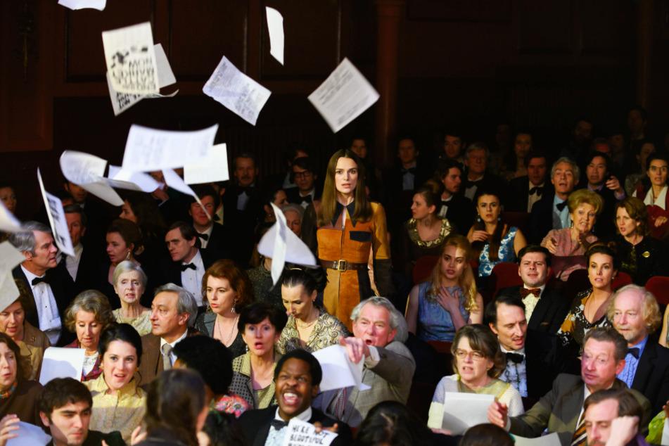 Sally Alexander (Keira Knightley, stehend) und viele Gleichgesinnte protestierten für die Gleichberechtigung von Frauen.