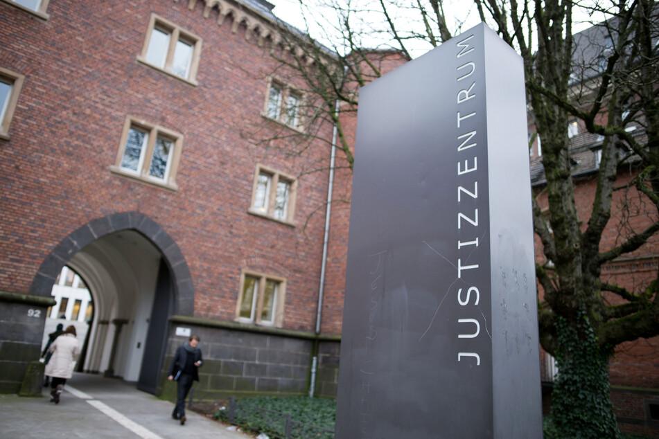Am Freitag ist ein 54-Jähriger vom Landgericht Aachen zu vier Jahren Haft verurteilt worden, weil er aus seinem Auto heraus Steine auf Fahrzeuge geworfen hatte.