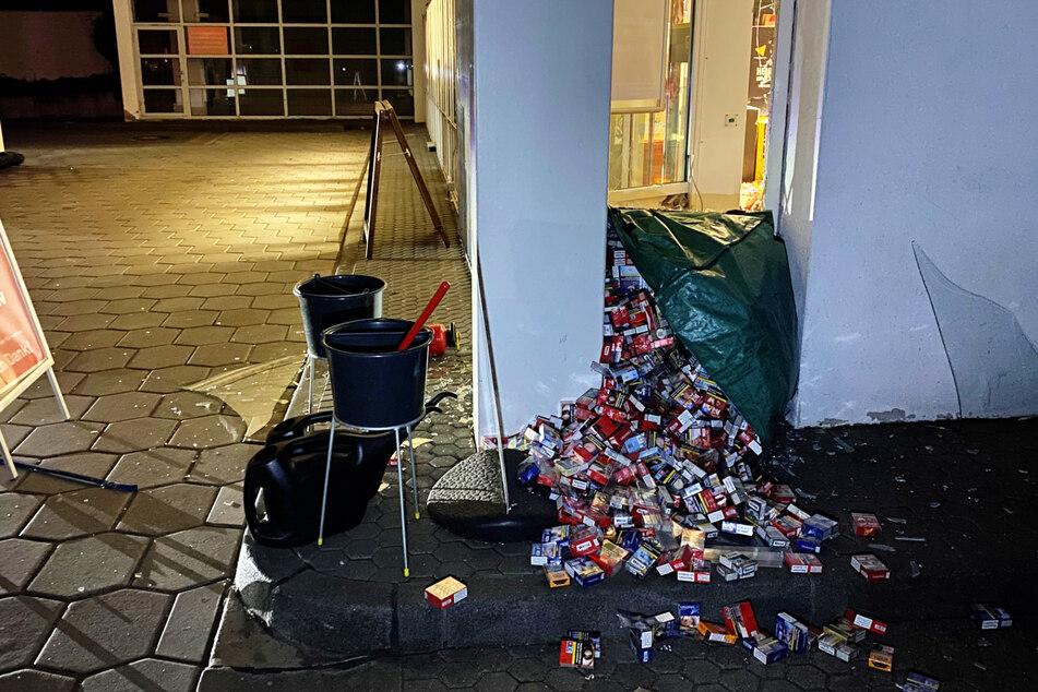 Die Zigaretten im Wert von 16.000 Euro blieben am Tatort liegen. Die Täter ergriffen die Flucht.