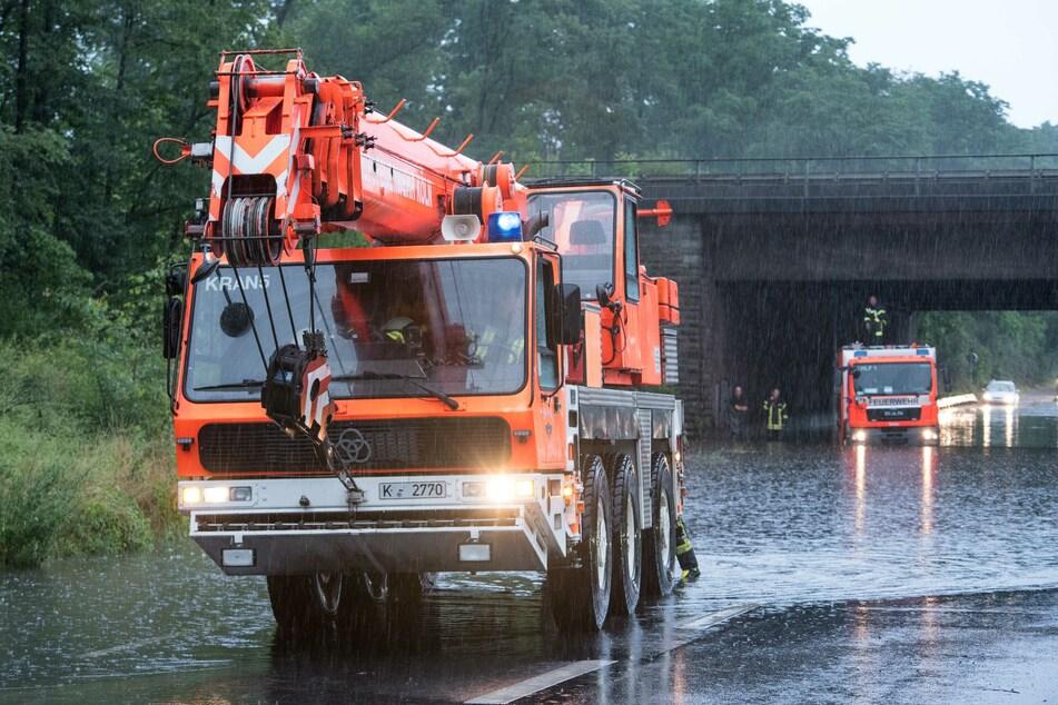 In Köln blieb ein Löschfahrzeug der Feuerwehr, welches sich auf dem Weg zu einem Einsatz befand, in einer Unterführung auf dem Militärring in den Wassermassen stecken.