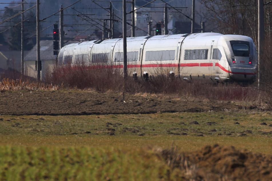 Die Strecke Ulm-Augsburg ist ein Sorgenkind der Deutschen Bahn. Sowohl ICE-Züge als auch Regionalbahnen werden dort ausgebremst.