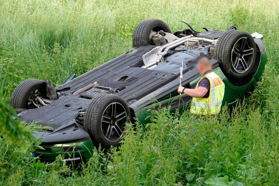 Ein Porsche-Fahrer (54) ist am Samstag in Chemnitz verunglückt. Das Auto überschlug sich und blieb auf dem Dach liegen.