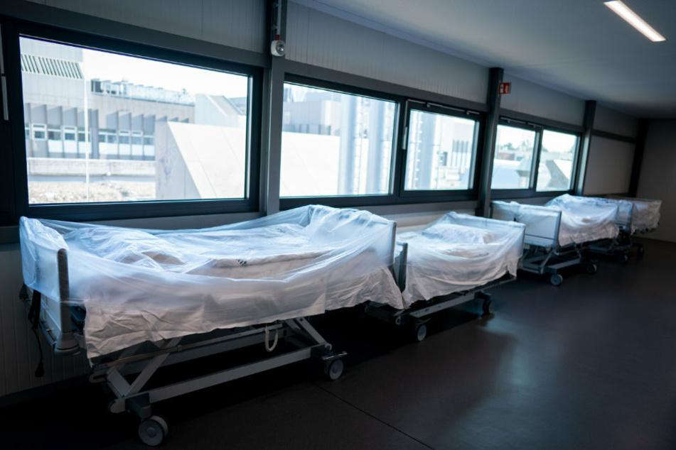 Krankenhausbetten stehen vor der Intensivstation des Vivantes Humboldt-Klinikum im Stadtteil Reinickendorf.
