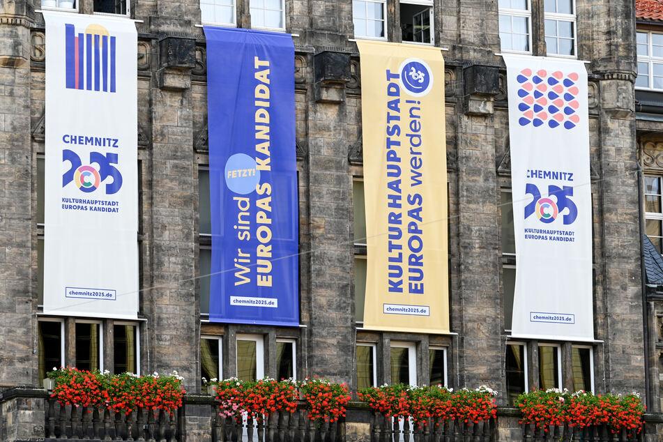 Flaggen mit dem Logo der Kulturhauptstadtbewerbung hängen am Neuen Rathaus.