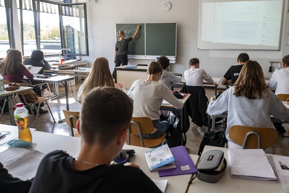 In einer Schule Karlsruhe findet bei geöffnetem Fenster eine Unterrichtsstunde statt.