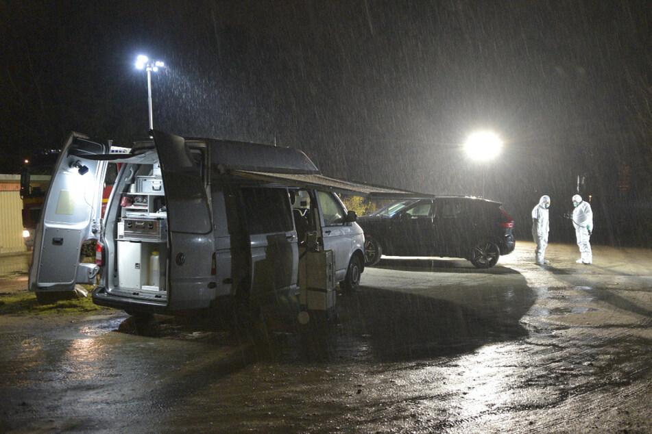 Die Ermittler haben den Parkplatz zur Spurensicherung mit Flutlicht ausgeleuchtet.