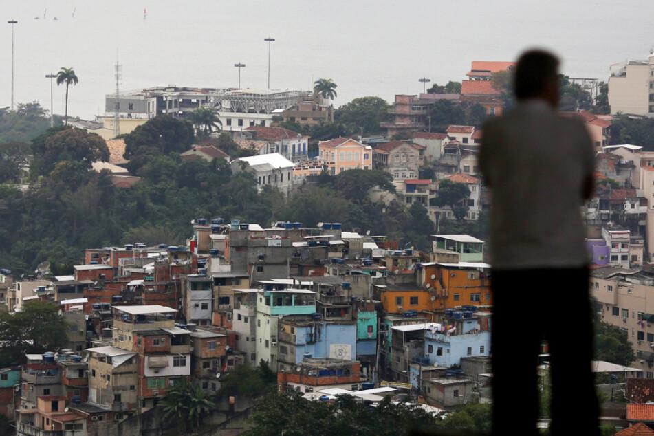 Blück über das Armenviertel (Favela) Morro Santo Amaro im Stadtteil Catete.