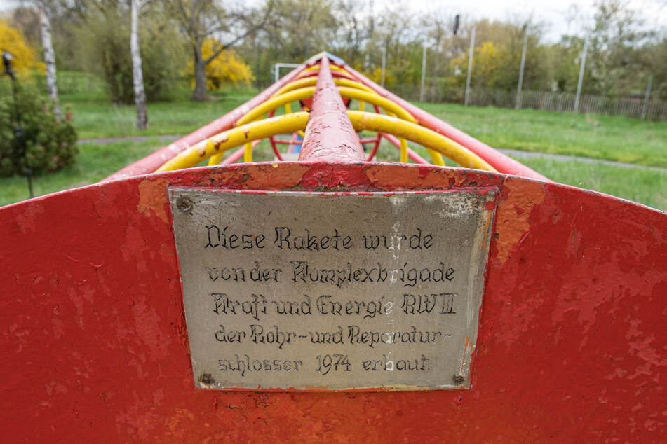 """Gebaut vor 47 Jahren von der """"Komplexbrigade Kraft und Energie RWIII der Rohr- und Reparaturschlosser""""."""