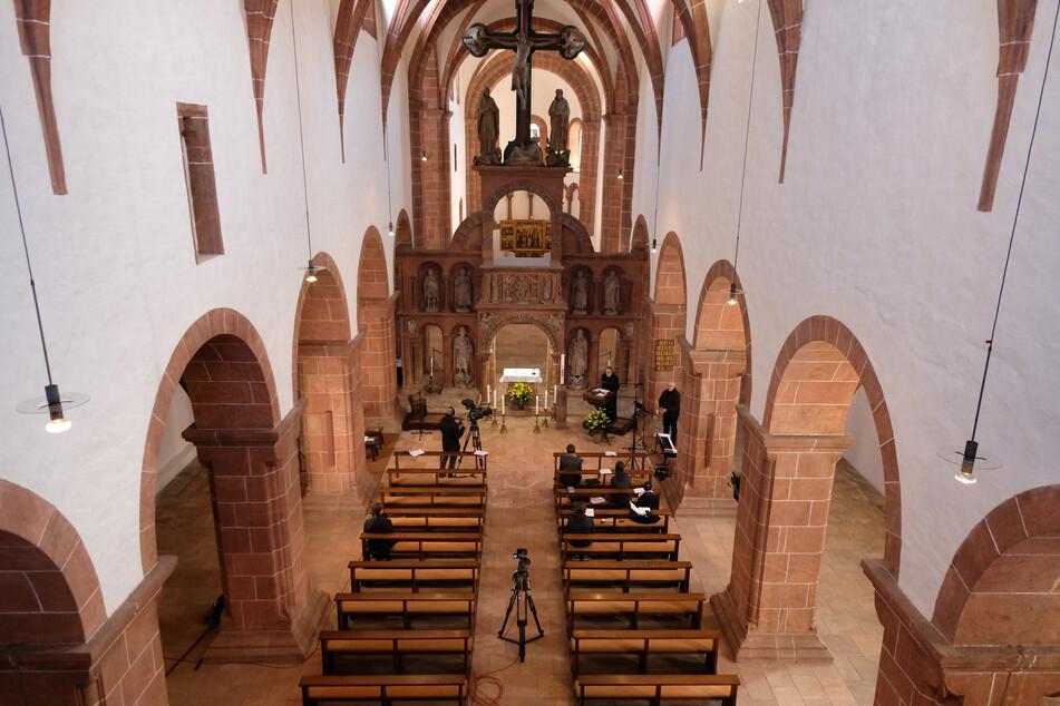"""Blick in die Basilika """"Heilig Kreuz"""" während des Ostergottesdienstes. Die Andacht vom Bistum Dresden-Meißen wurde im Radio und per Video übertragen."""