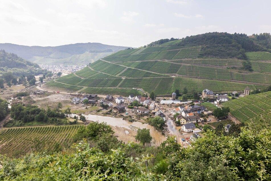 Am vergangenen Samstag riss der Fluss Ahr durch das Ahrtal und floss an dem zerstörten Ort Marienthal und den Weinbergen vorbei.
