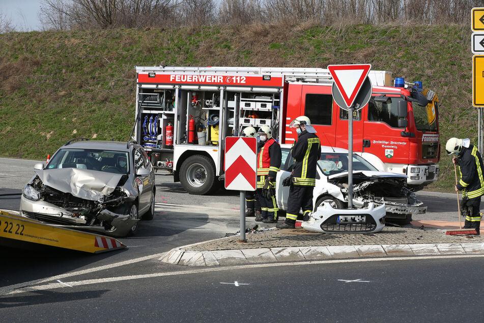 Zumindest eines der beiden Fahrzeuge musste nach dem Unfall abgeschleppt werden.