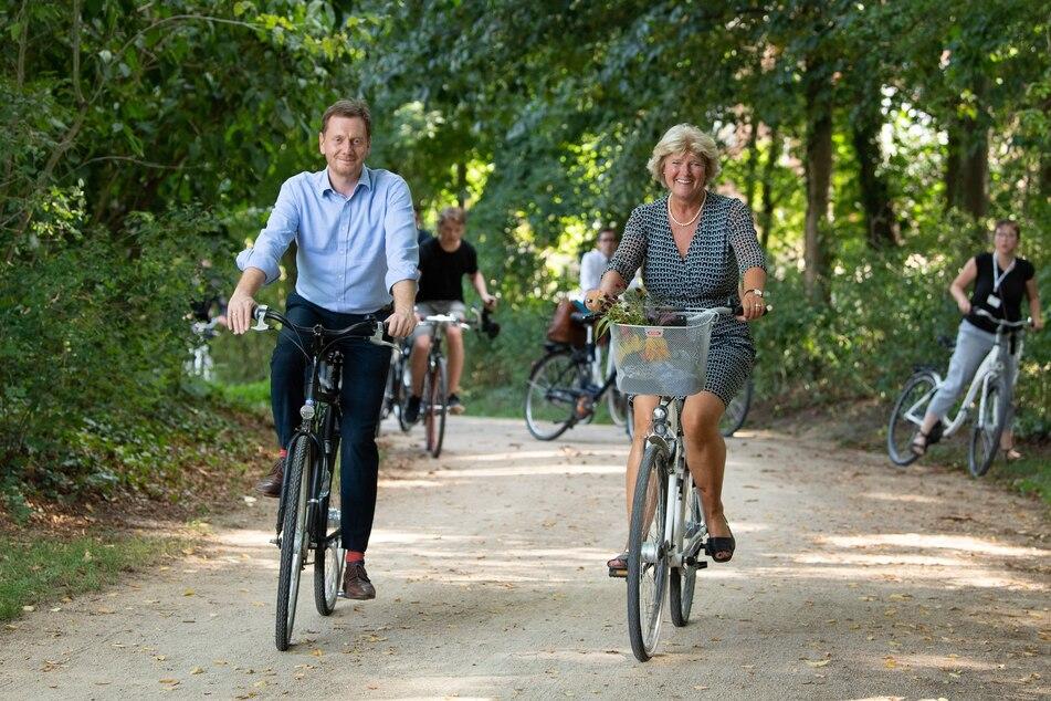 Die Sachsen fahren gerne Fahrrad. Hier sind Monika Grütters (CDU), Kulturstaatsministerin, und Michael Kretschmer (CDU), Ministerpräsident von Sachsen, mit dem Fahrrad im Fürst-Pückler-Park in Bad Muskau unterwegs.