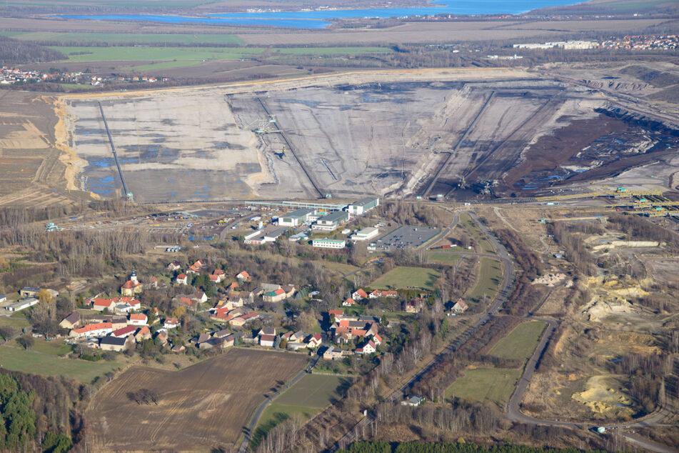 Der Tagebau Schleenhain ist dem Dorf Pödelwitz schon bedrohlich nah.