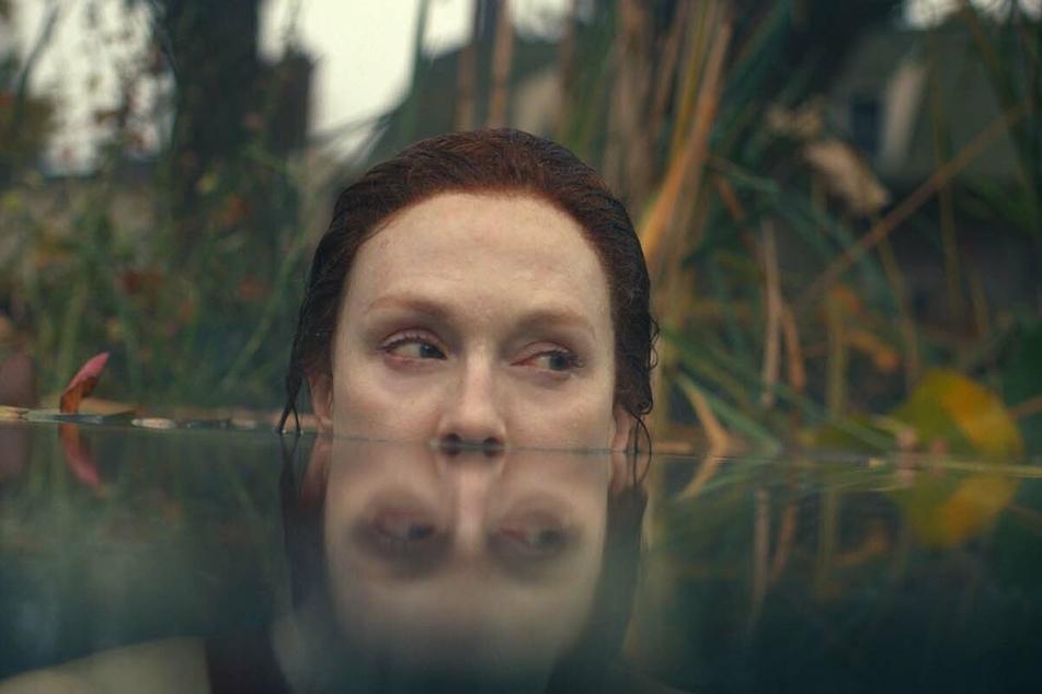 Lisey Landon (Julianne Moore, 60) geht gleich in der ersten Szene baden.