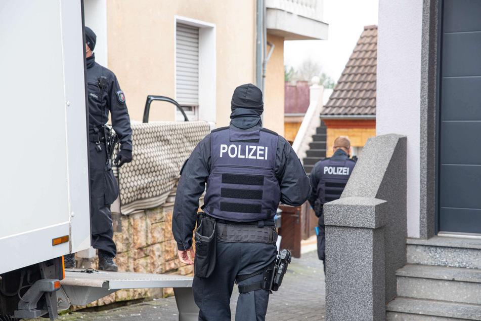 In Leverkusen stießen die Fahnder bei der Razzia am Dienstag auf eine Cannabis-Plantage mit mehreren Hundert Pflanzen. Außerdem stellten sie dort etwa acht Kilo abgepacktes Marihuana