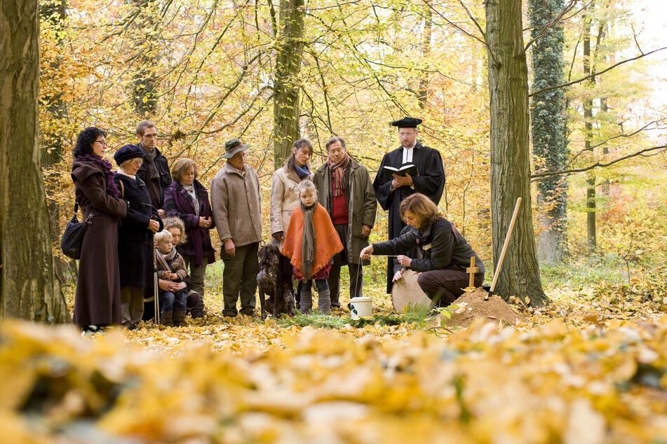 Die Beisetzungen können bei Friedwald individuell gestaltet werden. Förster oder Pfarrer begleiten die Zeremonie.