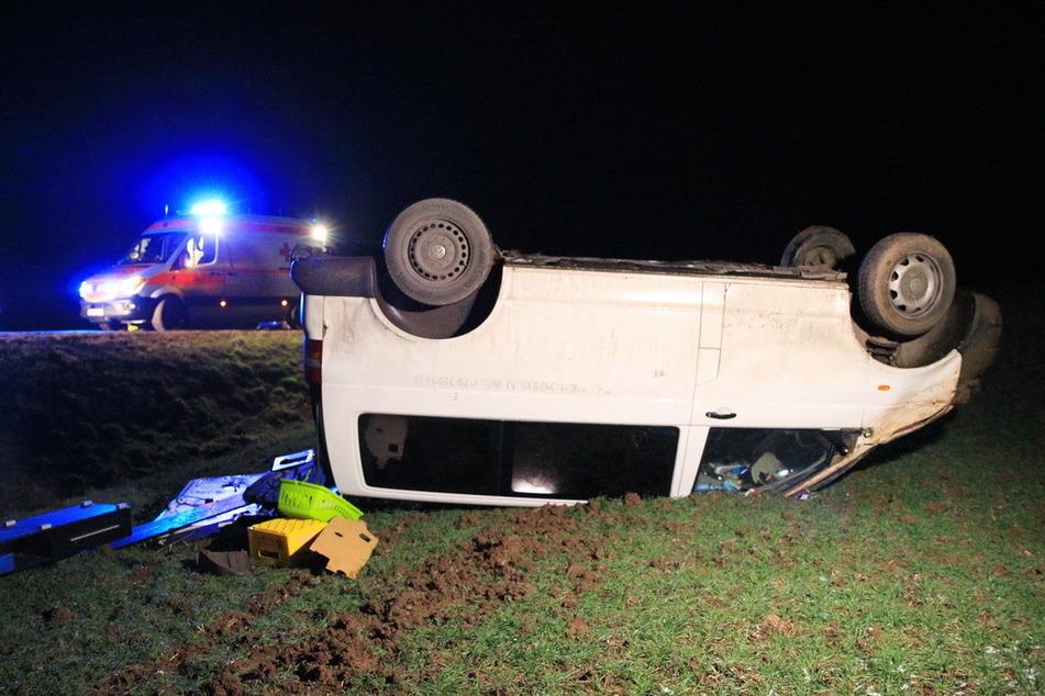 Crash auf Landstraße in Thüringen: VW-Bus überschlägt sich, Zwei Verletzte