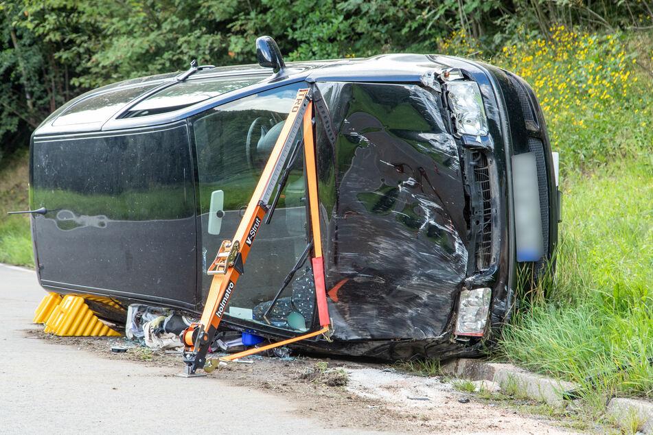 Der VW kam nach dem Unfall auf der Seite zum Stehen. Die Feuerwehr musste das Fahrzeug absichern.