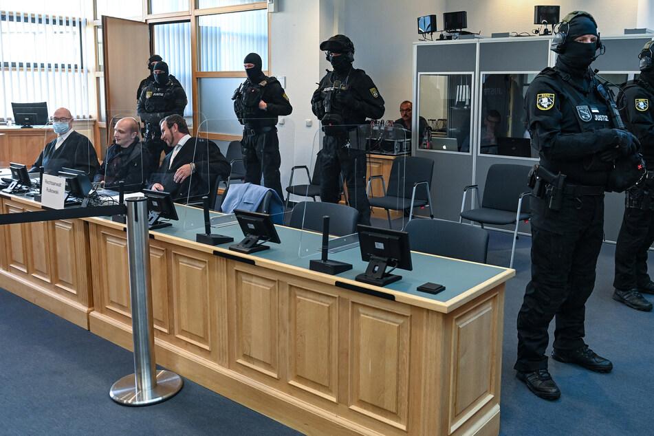 Massives Polizeiaufgebot für den Halle-Prozess im Magdeburger Gerichtssaal.