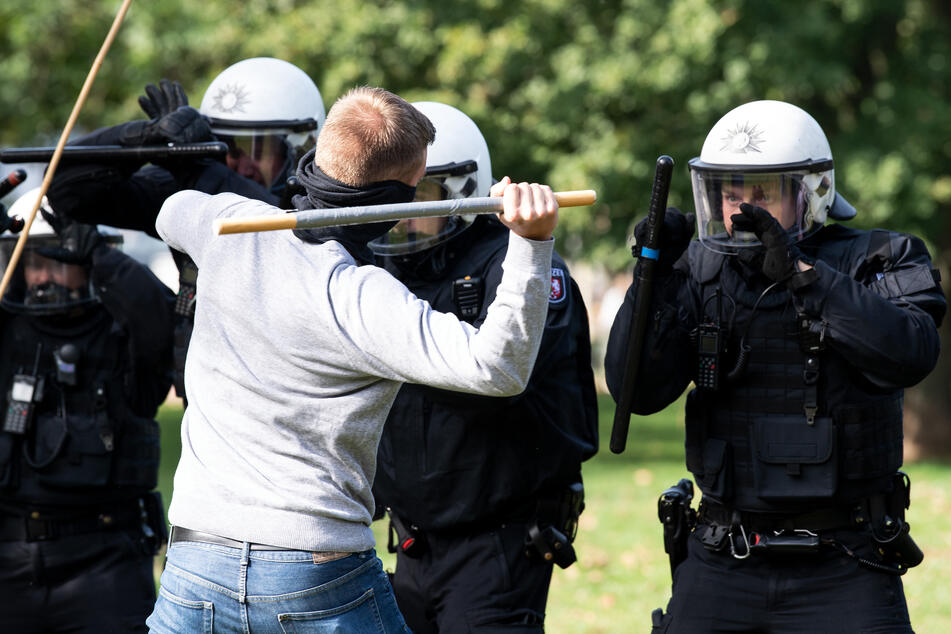 Die neue Schutzweste der nordrhein-westfälischen Bereitschaftspolizei ist wirksam gegen Schlage, Stiche sowie Schüsse - und dazu auch noch feuerfest.