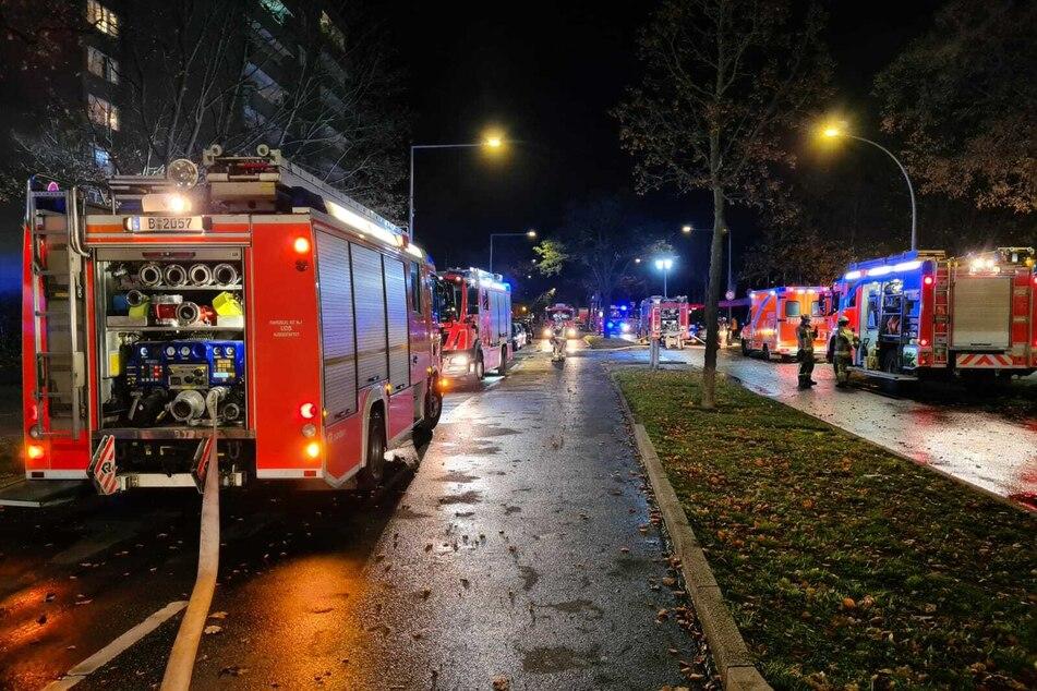 Mehrere Autos sind am Donnerstagabend in einem Parkhaus in Berlin-Neukölln abgebrannt.