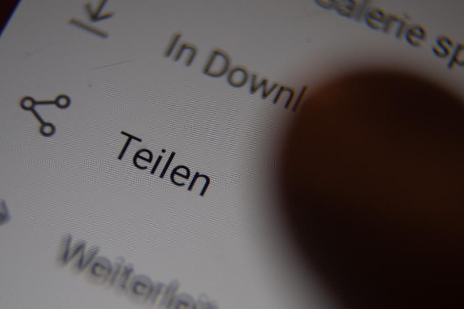 Ein Nutzer ruft das Menü zum Teilen eines Videos in einer Chatgruppe auf. (Symbolbild)