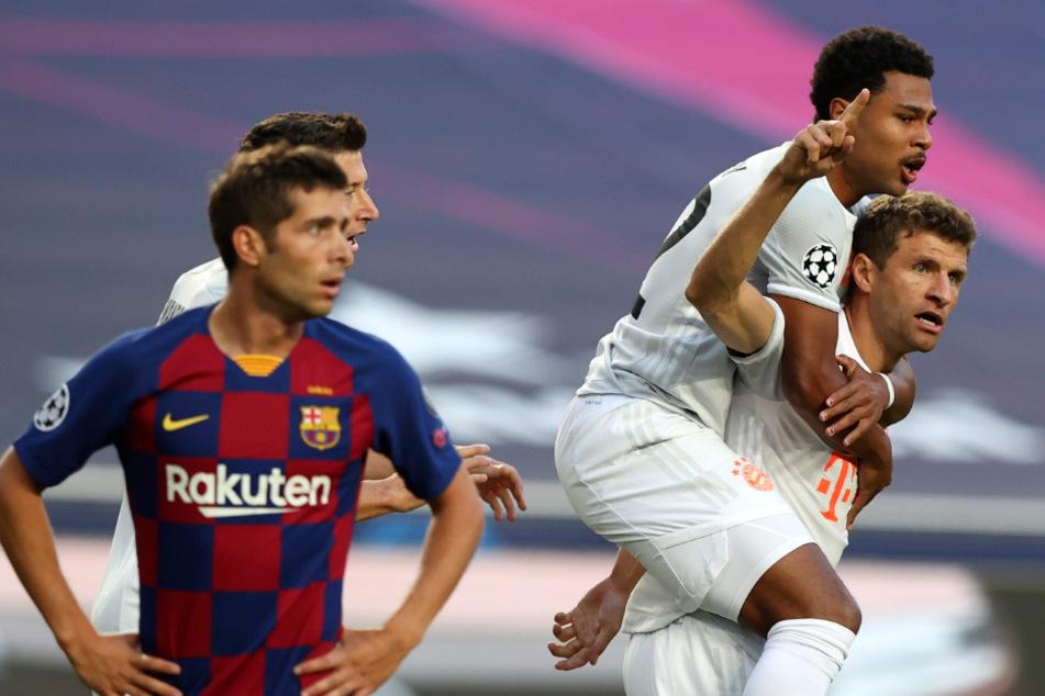 Thomas Müller jubelt zusammen mit Serge Gnabry über seinen Treffer zum 1:0.