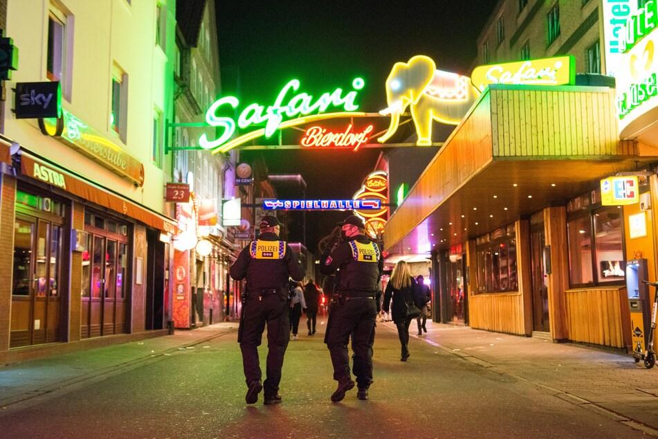Polizisten kontrollieren die Sperrstunde auf der Reeperbahn.