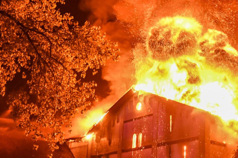 Meterhohe Flammen schlagen aus Pferdestall: Der Grönwohldhof brennt