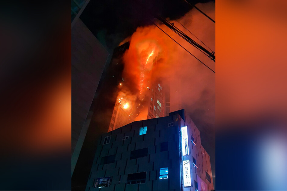 Ulsan: smoke rises from the skyscraper.