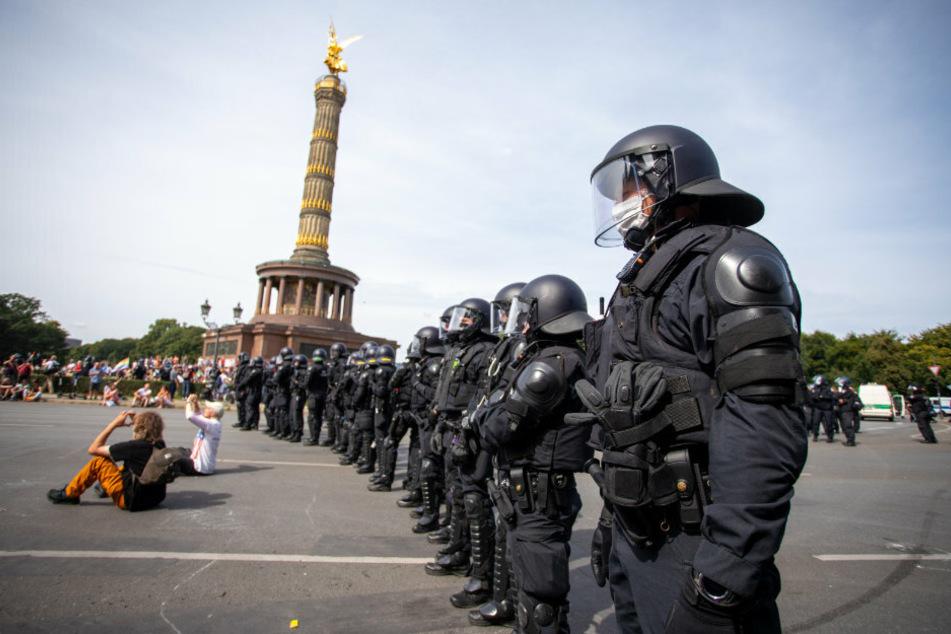 Polizisten stehen bei einem Protest gegen die Corona-Maßnahmen vor der Siegessäule.