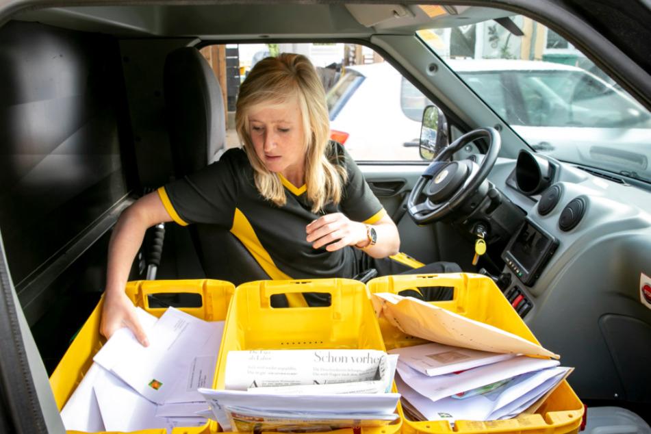 Werbung, Briefe, Päckchen und Pakete: Allein in Ottendorf-Okrilla werden täglich 2000 DHL-Auslieferfahrzeuge für 1000 Zustellbezirke beladen.