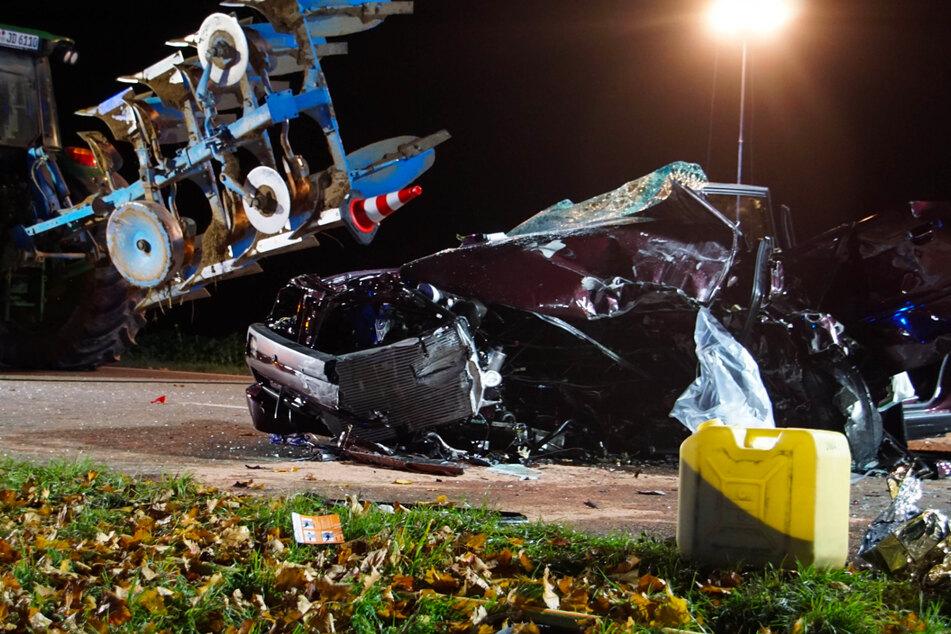 Das Auto ist nach dem Crash mit dem Traktor völlig zerstört.