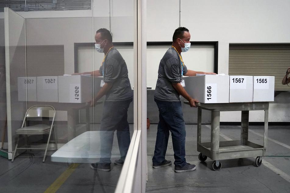 Ein Wahlhelfer des Bezirks Las Vegas (Nevada) bewegt Kartons mit ausgezählten Stimmzetteln in der Clark-County-Wahlabteilung.