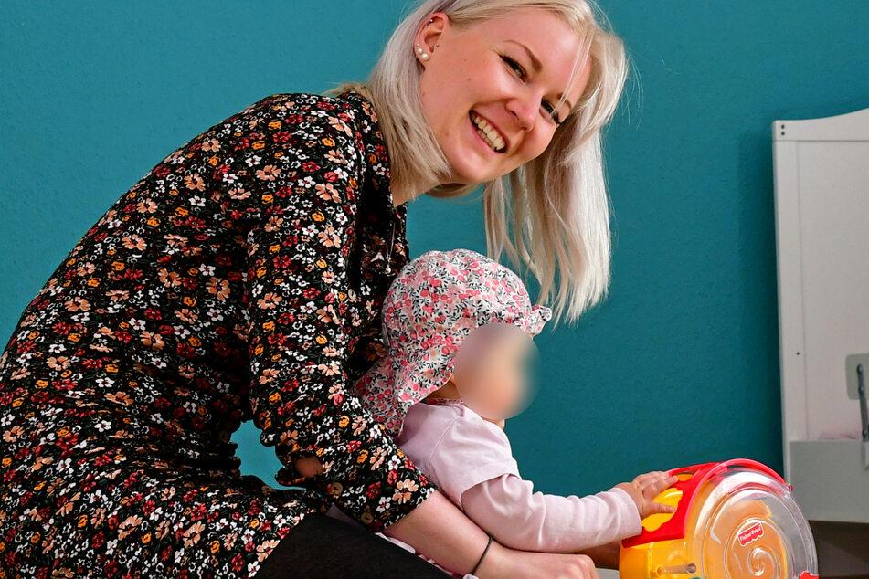 Pädagogin Maria Wiedemann (24) spielt mit einem kleinen Mädchen, das bald seinen ersten Geburtstag feiern wird.