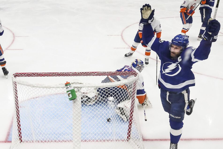 NHL Playoffs: The Lightning blitz the Islanders in a devastating Game 5 rout