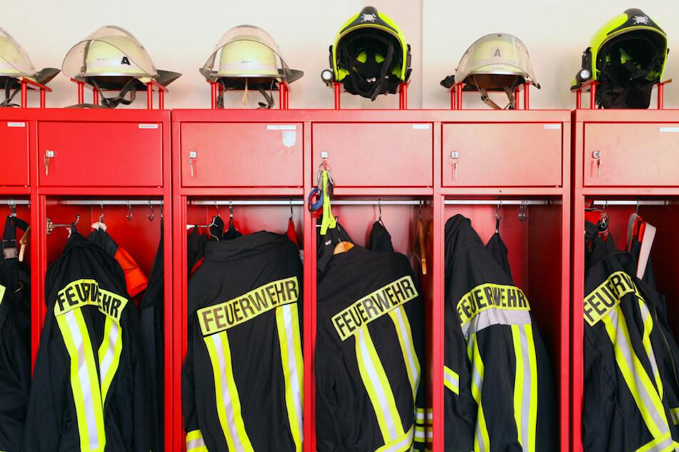 Unmöglich! Mann hat keine Lust zu warten und fährt Feuerwehrmann im Einsatz mehrmals an