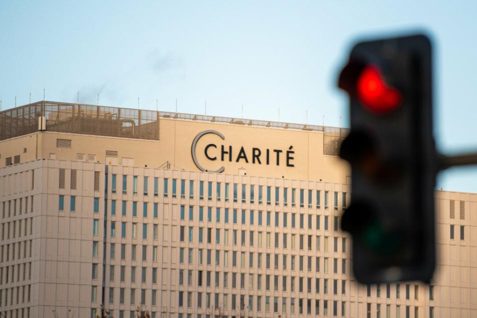 Vor dem Hauptgebäude der Charité leuchtet eine rote Ampel.