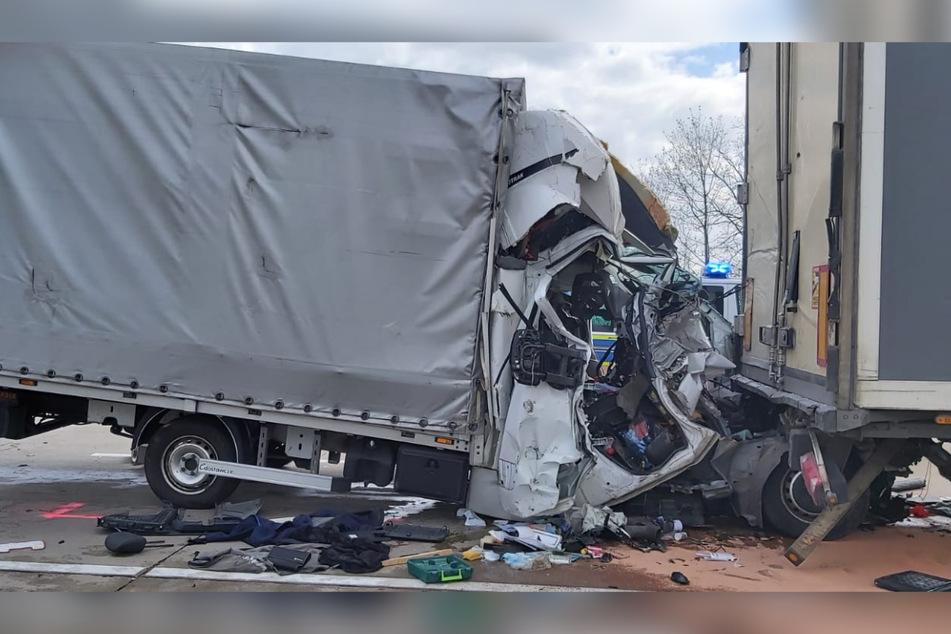 Der Kleintransporter krachte nahezu ungebremst in einen bremsenden Sattelzug, der bislang unbekannte Fahrer starb.
