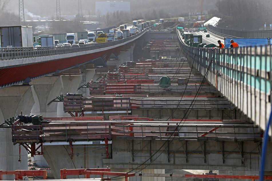 Das neue Brückenstück wird um etwa 20 Meter verschoben.