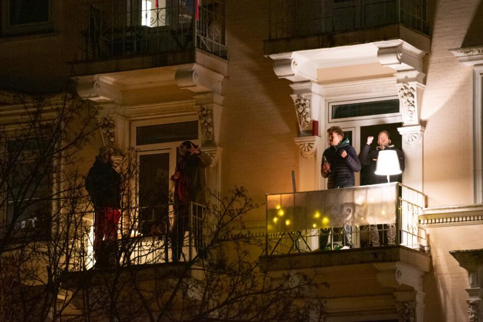Auf ihrem Balkon feierten die Männer eine Party.