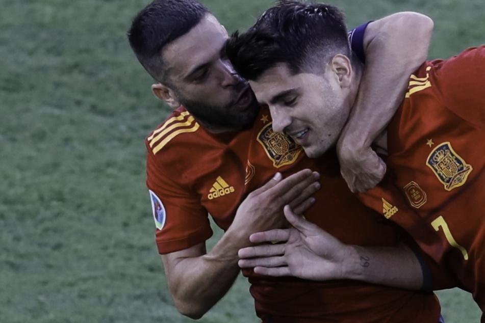 Endlich den polnischen Abwehrriegel durchbrochen: Jordi Alba (l.) umarmt Alvaro Morata (r.) nach dessen Führungstreffer für die Spanier.