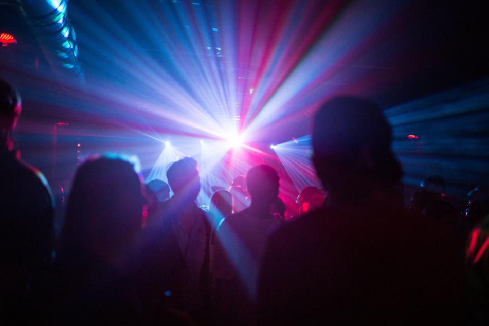 Corona sch...egal? 200 Leute feiern munter in Disco